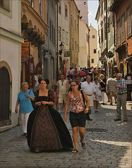 Tourists in esk Krumlov (Foto Martien (thanks for over 2.000.000 views)) Tags: street architecture strasse tourists unesco czechrepublic bohemia krumau worldheritage straat eskkrumlov toeristen eskrepublika bohemen krummau werelderfgoedlijst bhmischkrumau sonyalpha350 southbohemianregion tsjechien welterbes martienuiterweerd mostbeautifulpictures radnin