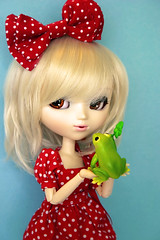 Kissing Frogs (KitchCat) Tags: kiss dress prince frog toad bow pullip rement animalstories 30daysoffashion celsiy