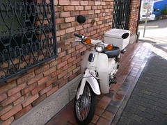 Small Police Bike, KOBE (EL Generalissimo) Tags: bike japan honda cub police kobe policebox hyogo supercub 神戸 ホンダ 警察 交番 カブ 白バイ 北野町