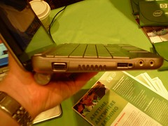 HP Mini 1000 netbook (sideview of LCD port)