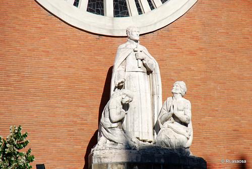 Grupo escultórico en la fachada de la Iglesia de San Francisco Javier, con una representación del Santo.