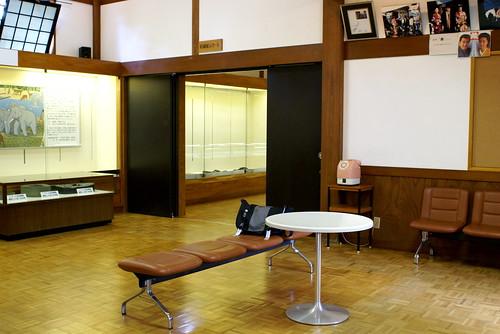 長谷川邸 出入り口のホール。写真の奧の部屋が展示室になっています。   無料開放中の長谷川邸に行