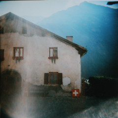 (mrtin) Tags: 120 6x6 switzerland casa holga xpro procesocruzado suisse suiza crossprocess lightleaks crossprocessing bandera montaas holga120cfn cruzado proceso sweiz 1agosto entradadeluz entradaluz martnezsiesta