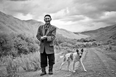 Le berger (djamtala) Tags: white black asia noir central asie et blanc kirghizistan kirghizstan kirghizie