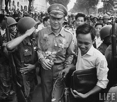 11-1963 Major General Van Don Tran (C), with other officers and troops celebrating overthrow. par VIETNAM History in Pictures (1962-1963)