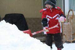 Lumehunnikubokeh-jeeh! (anuwintschalek) Tags: schnee winter snow garden austria paula lumi garten kodu aed talv wienerneustadt lapsed mng schneehaufen schneeschaufel talvermud lumelabidas canoneos1000d lauldes lumehunnik snoeshovel lumekuhil
