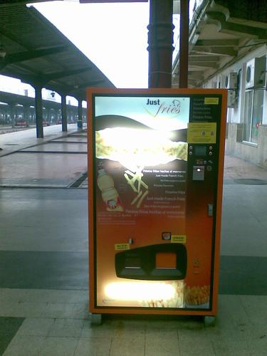 Automat cartofi prajiti in Gara de Nord