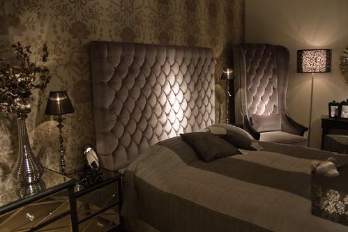 Спальня в стиле арт деко предполагает лепнину на потолке, это может быть...