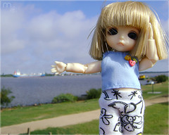 O Navio! (Mari Assmann) Tags: portrait white closeup toy doll ship chibi plastic sp tiny bjd  resin resina boneca jouet navio adia plstico gasmetro poupe balljointeddoll latidoll usinadogasmetro whiteskin latiwhitesp sonydscs730 latiwhitespbelle dasgirl