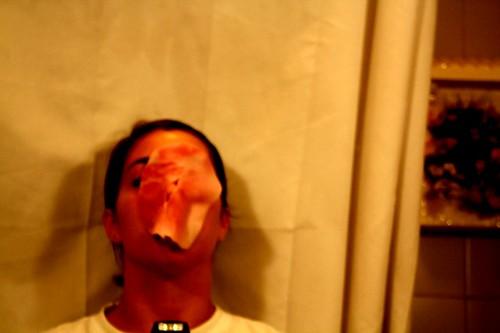 chica con una loncha de mortadela en la cara