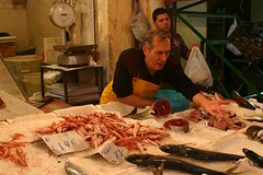 Marketscene_Sicily (inlinguam) Tags: morning italy mer fish man money ice dark movement europe italia market coins scene sicily nophotoshop moment tuna palermo canoneos300d sicilia salesman sizilien