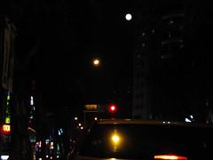 合成元宵節剛升起的月亮又大又圓又明亮,不像馬英九先生633支票票政策詐騙.