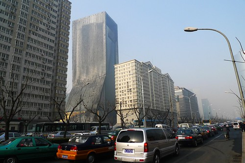 Cars lined up in Beijing to gawk at the burned out building. (吵死/Flickr)
