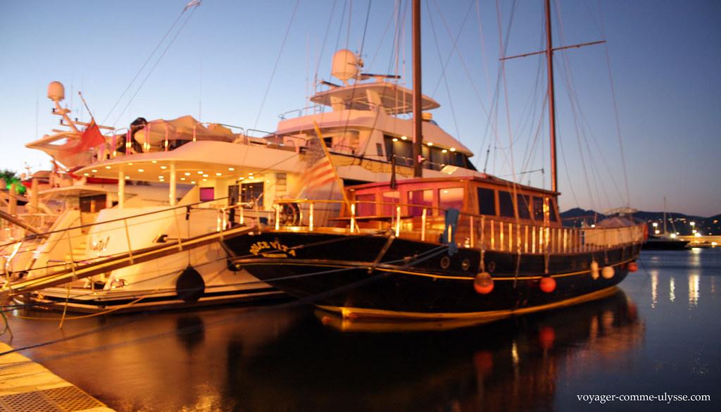 La nuit tombe sur les bateaux de Saint Tropez