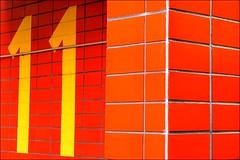 11と書かれた赤レンガ