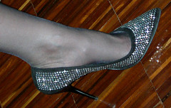 Un'arma da 12 centimetri! (..:*  *:..) Tags: sexy leather foot shoe shoes pumps cm heel swarovski 12 stiletto riflessi nero rhinestones sparkling piede pelle scarpe fata arma gamba pavimento swarovsky luminosi camoscio impropria decolt eleganti centimetri polveredifata indossato luccicose
