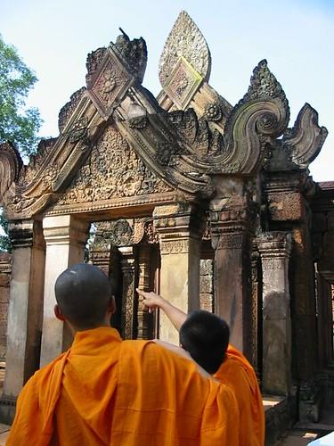 monniken bespreken de bewerkte friezen