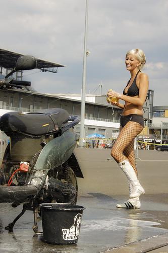 Mulher lavando moto, gostosa lavando moto, babes washing bike, Woman washing bike, Mulher cuidando moto, gostosa cuidando moto, babes caring bike, Woman caring bike