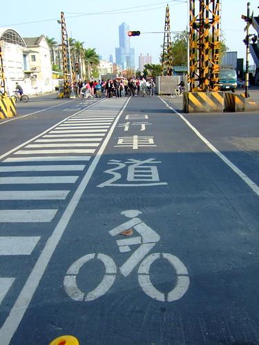 高雄市自行車道_西臨港線_23_自行車道路面標示