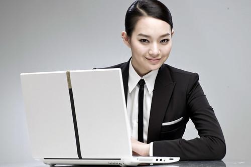 フリー画像| 人物写真| 女性ポートレイト| アジア女性| パソコン/PC| ビジネスマン| LG|     フリー素材|