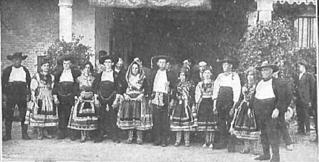 10 junio 1924. Visita de los Reyes de España e Italia a Toledo. Campesinos de la provincia vestidos de lagarteranos esperando la visita regia.