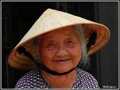 8-Vivencias. (Ambrispuri) Tags: portrait woman smile look hat mujer asia grandmother retrato vietnam hoian abuela sonrisa sombrero ethnic mirada tradicion tradiction ambrispuri