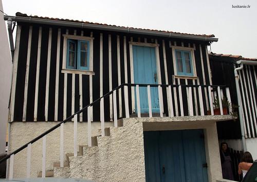Em cima, a moradia, acessível por uma escada por fora, e em baixo fica uma garagem