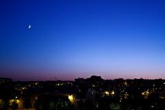 Otro día más en la ciudad... (InVa10) Tags: city blue sunset sky españa moon house azul canon atardecer eos lights luces spain ciudad luna badajoz cielo casas extremadura inva 450d
