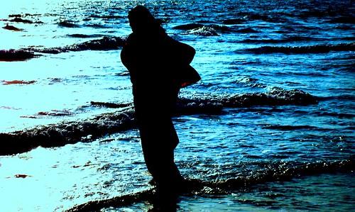 [フリー画像] 人物, 人と風景, 海, シルエット, 201107041700