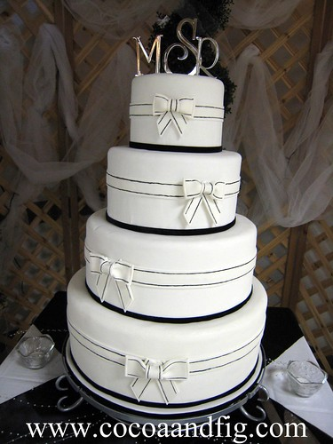 Black & White Bows Wedding Cake por cocoa & fig.