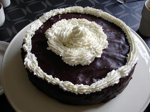 Chocoladetaart met een laagje abrikoos