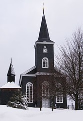 The church of Masserberg (:Linda:) Tags: schnee winter two snow tree clock church germany village shingle kirche thuringia spire slate spitz baum zeit uhr schiefer glockenturm masserberg nobw slateshingle zweigegenstnde peakish slateshingled schieferschindel kirchevonausen zweidinge schiefergedeckt