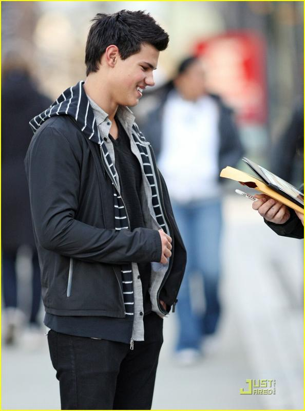 taylor-lautner-wolf-pack-lunch-11