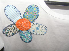 Camiseta flor azul (by doris) Tags: flores hellokitty artesanato gatos borboleta tulipas patchwork mo pipa lavabo bordado galinhas pontocruz croch patchcolagem panodeprato toalhademo toalhadelavabo aplique aplique camisetacorao