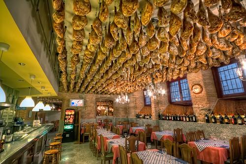 Jamones colgados en un bar de Toledo