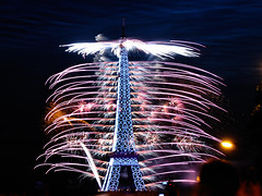 Feu d'artifice / Fireworks - 14 Juillet 2009, Paris (Thibault Dangraux) Tags: longexposure tower night tour eiffel firework nuit 14juillet feudartifice poselongue