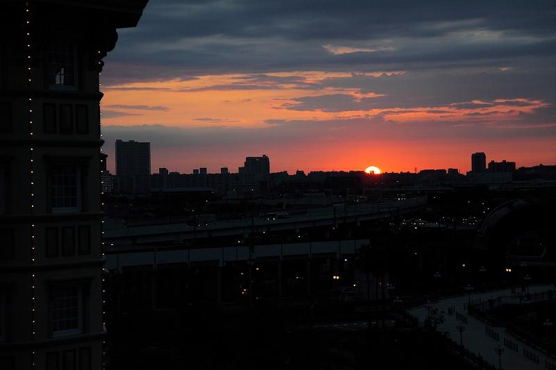 ディズニーランドホテルからの日の出
