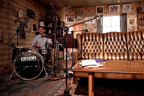 d!zzy 拍攝的 店長變鼓手。