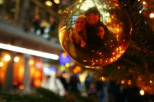 Sourire dans la boule reflechissante du sapin, sous la neige Berlinoise.