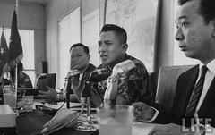 9-1963 Military Governor Gen. TonThat Dinh (2R) and Gen. Nguyen Van La (3R) holding a press conference during the period of martial law to defend the Diem government's position. par VIETNAM History in Pictures (1962-1963)