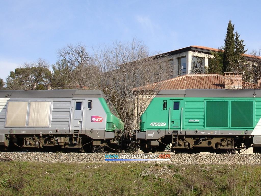 Vue détaillée de l'UM composée de deux locomotives Diesel BB75000 en tête d'un train de bauxite