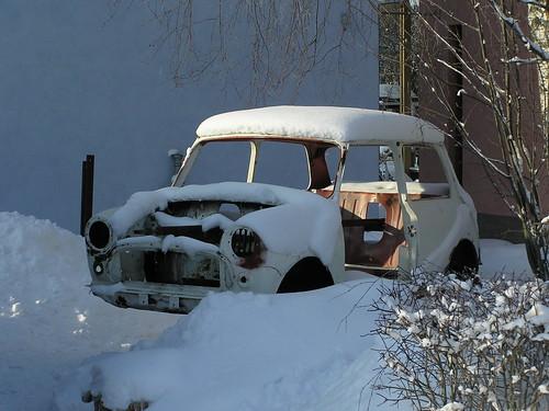 Hylätty ja riisuttu Morris Mini lumen alla