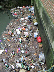 Debris and Pollution in the Duke of Northumberland's River, Isleworth, London. (by Jim Linwood)
