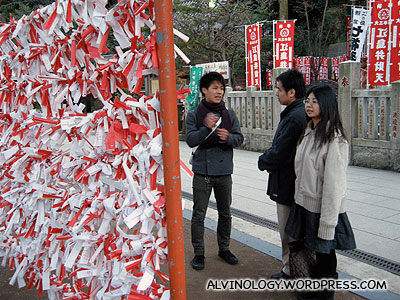 Explaining to us, how to make wishes at the shrine
