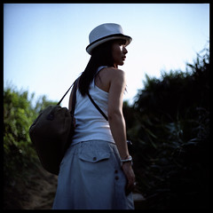 Sunny day (Lefty | www.EXQUIS.com.hk) Tags: blue sky hk green 120 6x6 film girl grass hat hongkong countryside day dof kodak bokeh jacky misu kiev88  ektacolorpro160