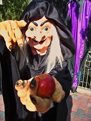 The Wicked Witch tries to tempt me with her apple (Loren Javier) Tags: disneyland fantasyland snowwhiteandthesevendwarfs wickedwitch disneycharacters disneyvillains wickedqueen disneylandcharacters disneylandcastmembers itsasmallworldpromenade disneyvillainsmeetandgreet