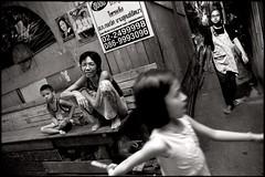 the labyrinthe (fly) Tags: street people thailand blackwhite asia bangkok fly simonkolton