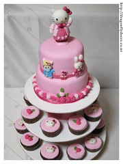 Hello Kitty (Cake and cupcakes / Bolo e Cupcakes) (Dragonfly Doces) Tags: hello girls roses bunny cake cat for cupcakes sheep display para kitty pasta americana bolo japo meninas gatinha ovelha minibolos coelhinha portacupcakes