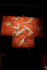 Favorite kimono 'White an red cranes' (Otomodachi) Tags: red white holland art birds museum japanese reading flying rotterdam needlework kunst nederland thenetherlands vogels cranes exposition kimono woven rood wit printed expositie japans kunsthal kraanvogels lezing geborduurd vliegend bedrukt geweven silkstories