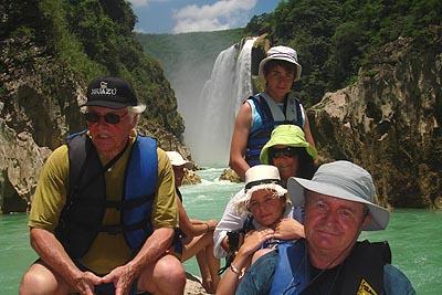 la famille devant les chutes de tamul.jpg